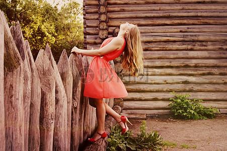自由的时尚红裙女孩